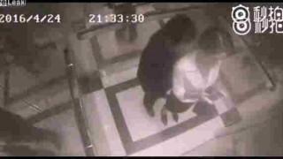 【衝撃動画】エレベーターで痴漢をボコる美女キャリアウーマン風の女性wwwww