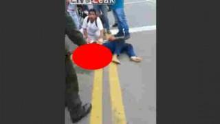 【閲覧注意】事故でとれた女性の腕をずっと持って救急車をもつ警察官らしき男性…。