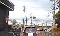 愛知でクレーンを上げたまま走行していたトラックが電線を切断。その瞬間ドラレコ。