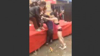 【動画】中国の農村のパーティーでビキニの女性にまな板ショーを強制されるおっさんwww