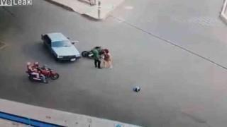 【事故動画】バイクに乗った女性が自動車の側面に衝突→無傷のパンチラwwwww