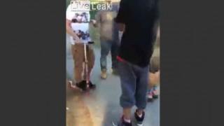 【衝撃動画】キックスケーターしてる男性をからかった結果、ワンパンでノックアウトされる男性w