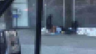 【衝撃動画】路上でセックスをするホームレスカップル…。