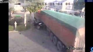 【事故動画】奇跡的に誰も死亡せずに済んだ大型トラックと乗用車の激しい事故。