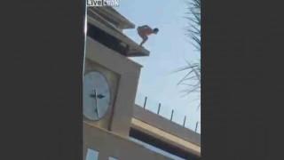 【閲覧注意】全裸で建物から飛び降り自殺男性の地面への衝突音が…。