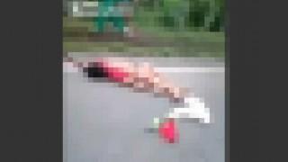 【閲覧注意】バイク事故でなぜか下半身裸になってしまった女性…。