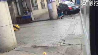 【衝撃動画】けっこう人通りのある路上で排泄行為をしてしまう女性たちw