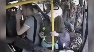 【動画】バスで痴漢した男性が乗車する女性客たちに袋叩きに。