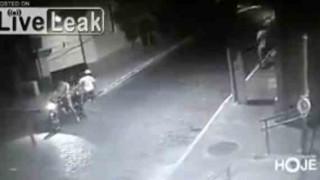 【動画】夜の路上で突然襲われナイフでメッタ刺しされ銃で撃たれ殺される瞬間の防犯カメラ動画。