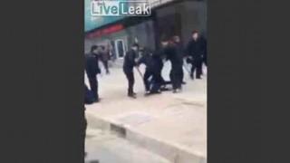 【動画】中国で複数の警察官にボコられる男性が撮影される…。