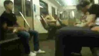 【動画】ロシアのバカップル、地下鉄電車内でセックスして他の乗客に怒られるw