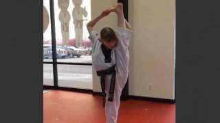 【衝撃動画】テコンドーを習っている美少女が開脚I字バランスからそのまま倒れる技を披露w