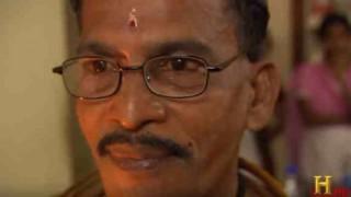 【衝撃動画】高圧電流を体に流しても平気な顔をしてるインド人。