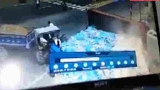 【事故動画】カーブで横転したタイルを大量に乗せたトラックが4人をタイルで押し潰す…。