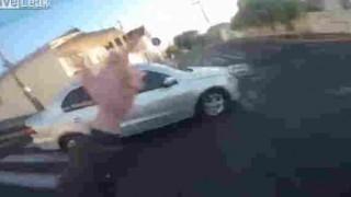 【閲覧注意】自動車を挑発して追い抜いた結果、ライダーが足を縁石にかすり大怪我を負う…。