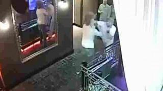 【防犯カメラ】トイレ待ちで口論となり殴り倒された男性が頭蓋骨骨折…。