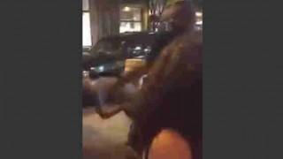 【衝撃動画】もの凄い勢いのフルスイングパンチでノックアウトされる男性。