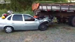 【閲覧注意】トラックの荷台の下に乗用車が潜り込んでしまう事故直後の動画。
