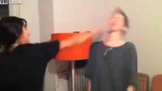 【激痛動画】酔ってお互いに顔面パンチするゲームをするブロンド美女たち。