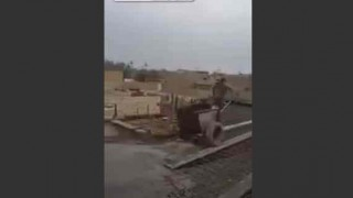 【オモシロ動画】結果的にすごくアクロバティックな運搬作業をしてしまう作業員www