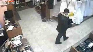 【防犯カメラ】ロシアのヒットマンがターゲットを射殺する瞬間。