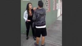 【衝撃動画】気の強い女性に強盗しかけたら未遂に終わり捕まってストリップさせられる男w