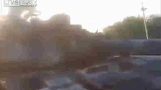 【閲覧注意】対戦車ミサイルで破壊された戦車と周りに転がっているバラバラ遺体…。