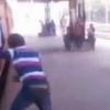 【衝撃動画】電車に乗りながら遊んでいた少年の払う大きな代償