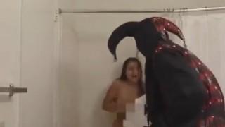 【動画】全裸でシャワー中の女の子にチェーンソードッキリ