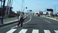DCの飛び出し自殺!?愛媛で撮影された道路脇に座り込んでいたDCが突然飛び出してくる車載。