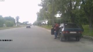 【動画】なんで!?走行中の乗用車から小さな子供が落ちてきたんだけど。