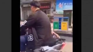 【衝撃動画】酔っ払いが酔い潰れた友達をバイク二人乗りで家に送る様が酷いwww