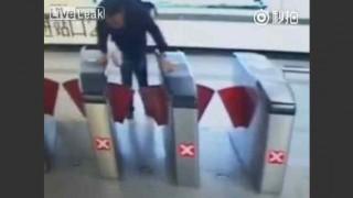 【防犯カメラ動画】キセル(不正乗車)に失敗して鼻を骨折して前歯を折った男性www