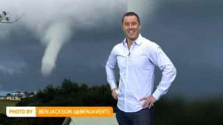 【衝撃動画】アレの形になった雲を見て爆笑するエッチな海外の女性キャスターwww