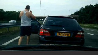 【衝撃動画】後続車にブチ切れてなぜかペニス見せるぽっちゃりのおっさんwww