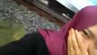 【閲覧注意】カワイイ女の子が自撮りで動画撮影してたら後ろで子供が列車に撥ねられる…。