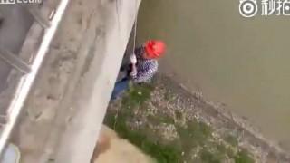 【事故動画】橋で作業中の作業員のロープが切れて落下…。
