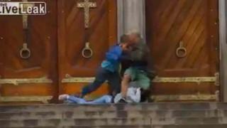 【動画】拳銃を持った暴漢から身を呈して女性を守る勇敢なホームレス。