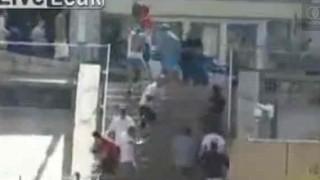 【閲覧注意】サッカーの試合で起きた暴動でスチール製の椅子で頭をカチ割られた男性。