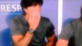 【衝撃動画】サッカーのドイツ代表監督が股間とケツの臭いを確認してるぞwww