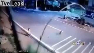 【事故動画】道路に飛び出した子供を制止しようとした母親が乗用車に撥ねられる…。