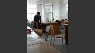 【動画】図書館で寝てる女子大生のデルタゾーンを盗撮しようとするヤツ。