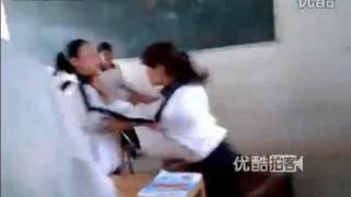 【衝撃動画】ボーイフレンドの取り合いで取っ組み合いのけんかをする女子学生w