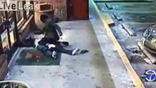 【犯罪動画】相手が倒れても執拗に殴る蹴るの暴行を続ける凶悪な強盗…。