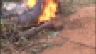【閲覧注意】窃盗の疑いのある男性が生きたまま燃やされる…。