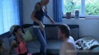 【動画】キレイなお姉さんたちにビンタや蹴り、グーで殴られてるけどなにこれwww