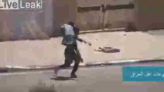 【動画】民間人を担いで救出中のイラク兵が足を撃たれて倒れる…。