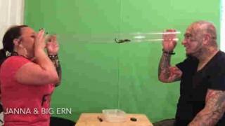 【衝撃動画】サソリを透明の管に入れて遊んでから生きたまま食い千切ってるんだけど…。