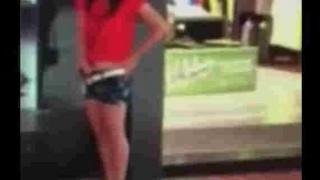 【エロ注意】ショッピングモール店舗前で完全にオナニーしてる女性www