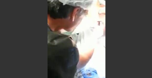 【閲覧注意】アナルから手作りの特大こけし?みたいなものを外科手術で取り除かれる男性。